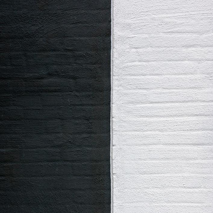 Tegelfasad i svart och vitt.